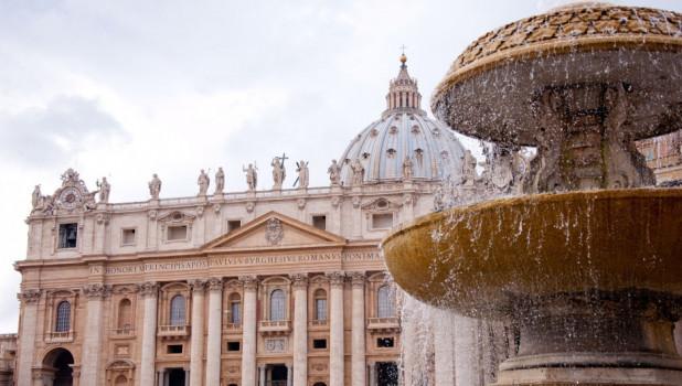 Памятник. Ватикан. Фонтан