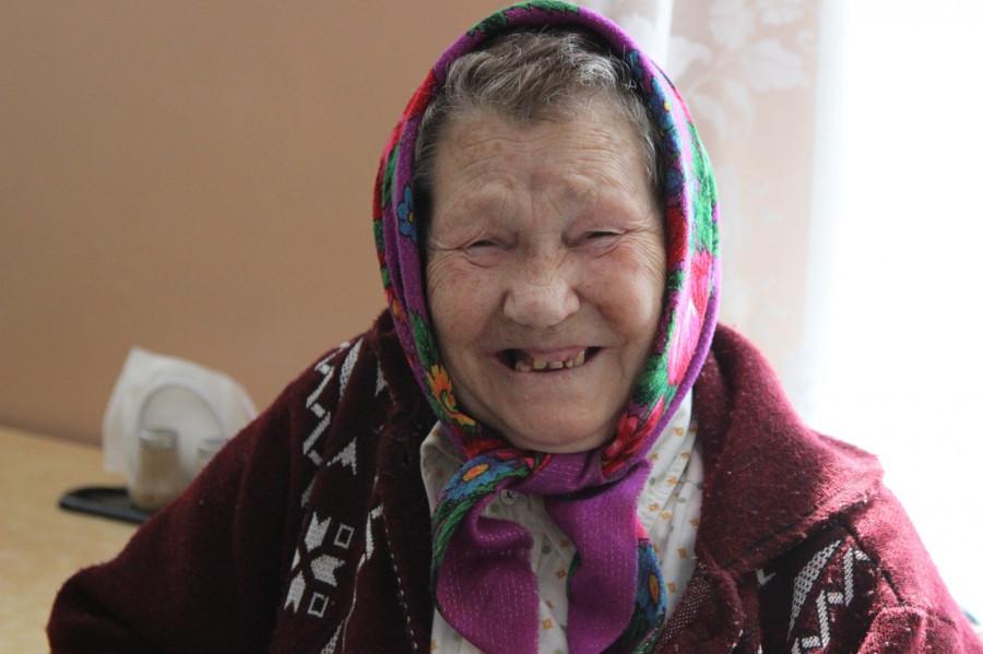 """Волонтеры фонда """"Старость в радость"""" в домах для престарелых в Алтайском крае."""