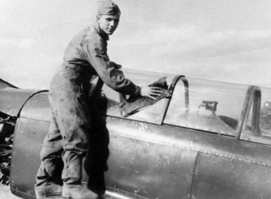 Юрий Гагарин протирает свой самолет в аэроклубе ДОСААФ города Саратова. СССР, 1954 год.