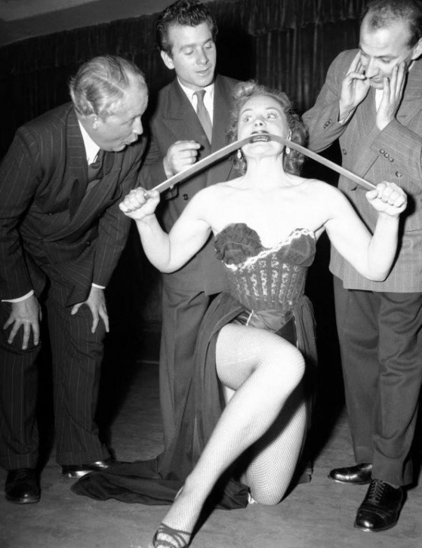 Ну очень сильная женщина! Джоан Роудс. 1952.