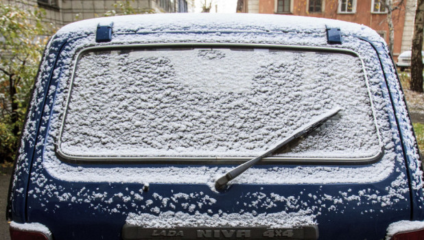 Первый снег. Автомобиль.