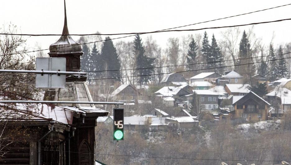 Первый снег. Светофор.