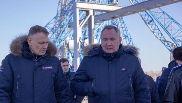 """Дмитрий Рогозин (справа) на космодроме """"Восточный""""."""