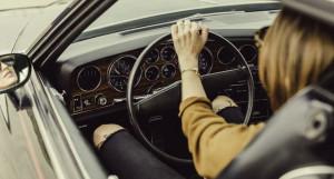 Женщина за рулем.