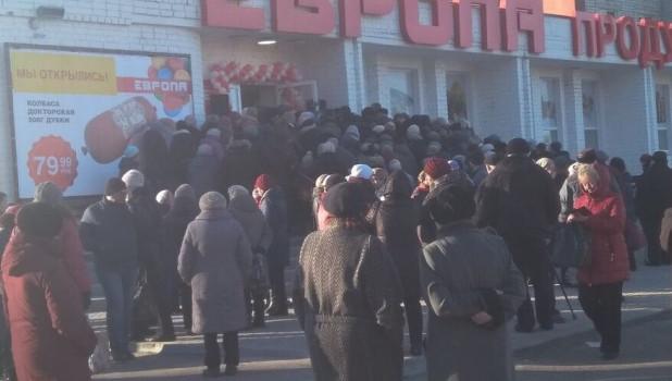 Пенсионеры штурмовали магазин из-за колбасы.