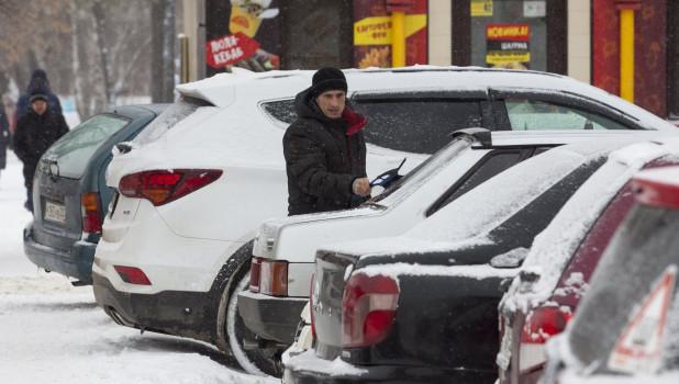 На Потоке в Барнауле.Зима, снег. Автомобили в Барнауле.
