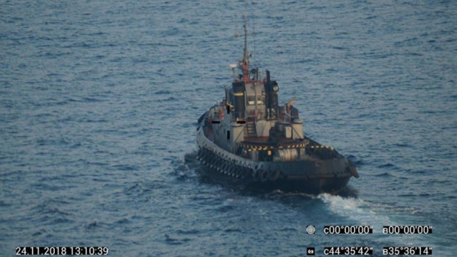 Украинский корабль в акватории России.