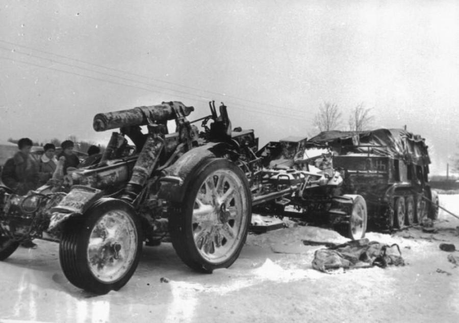 Разгром немцев под Москвой. Брошенное немцами артиллерийское орудие в районе города Клин