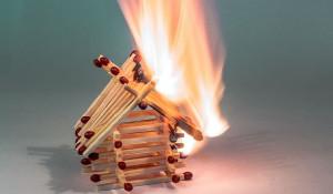 Огонь. Пожар. Горит дом.