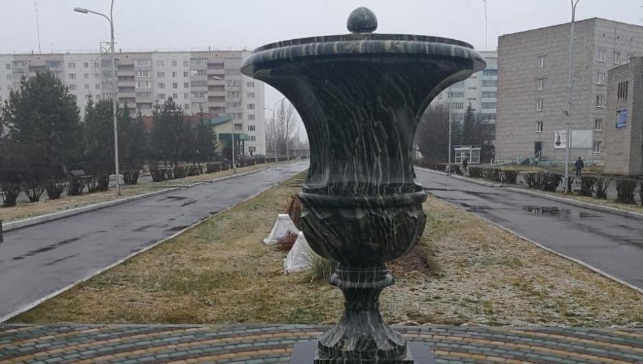 Уличная декоративная ваза, изготовленная на Колыванском камнерезном заводе.