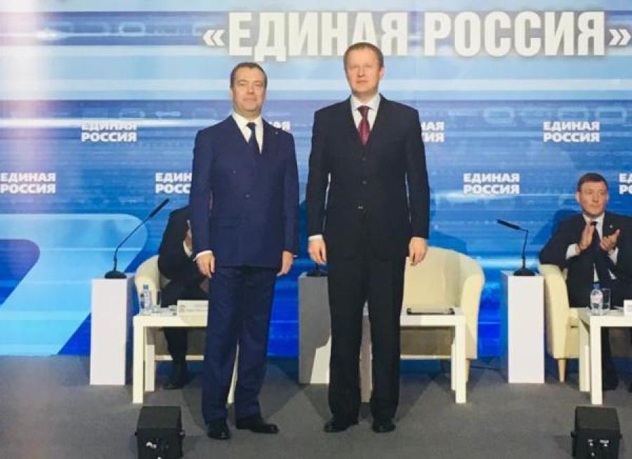 """Дмитрий Медведев и Виктор Томенко на съезде """"Единой России""""."""