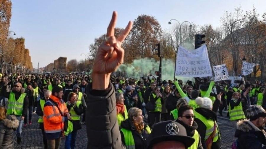 Беспорядки во Франции из-за предполагаемого увеличения налога на бензин.