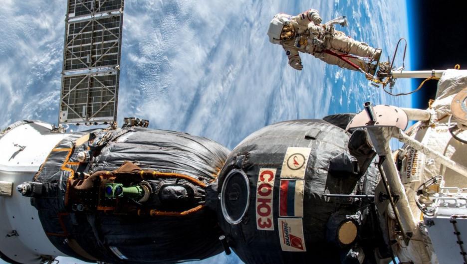 Космонавты работают в открытом космосе.