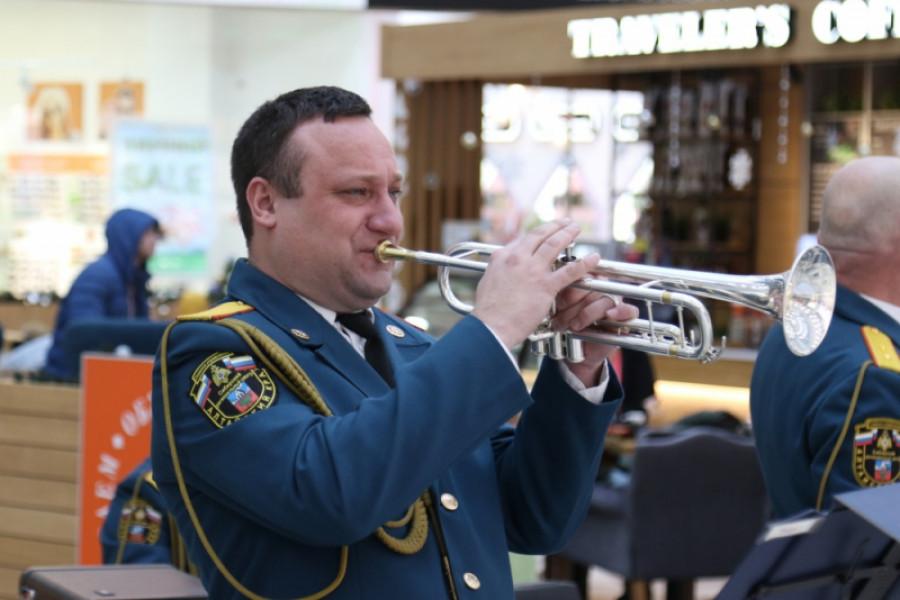 Оркестр МЧС выступил в торговом центре.