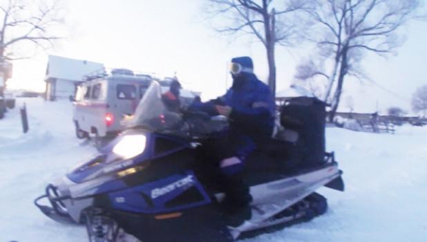 Спасатели нашли пропавшего барнаульца, уехавшего кататься по окрестностям села на снегоходе.