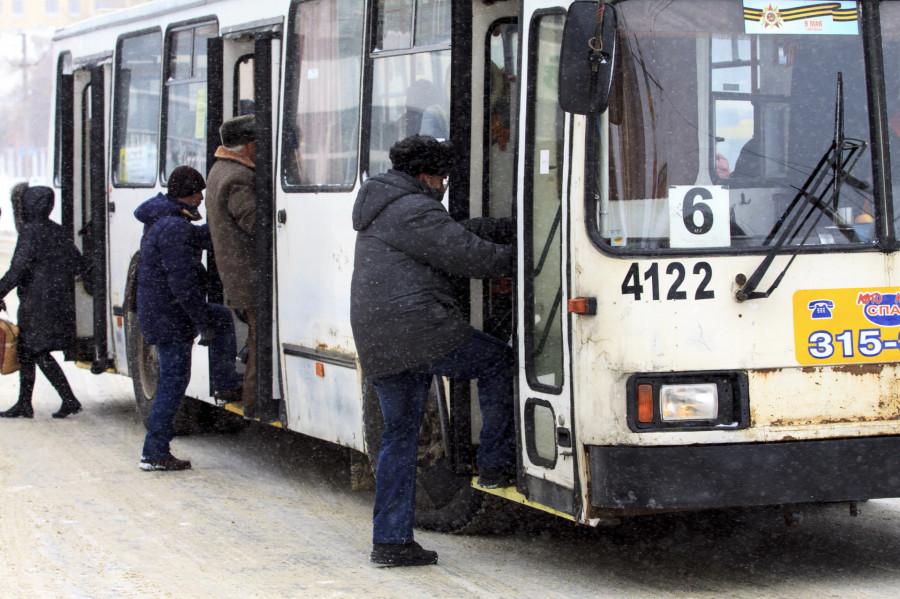 Лед на остановках, общественный транспорт в Барнауле