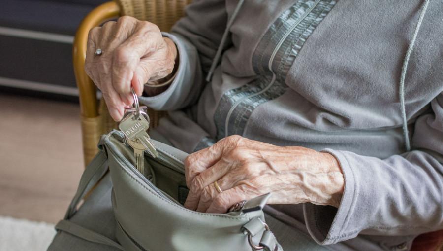 Пожилая женщина, пенсия, ключи.