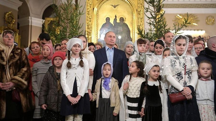 Владимир Путин на богослужении в честь Рождества Христова в Спасо-Преображенском соборе.