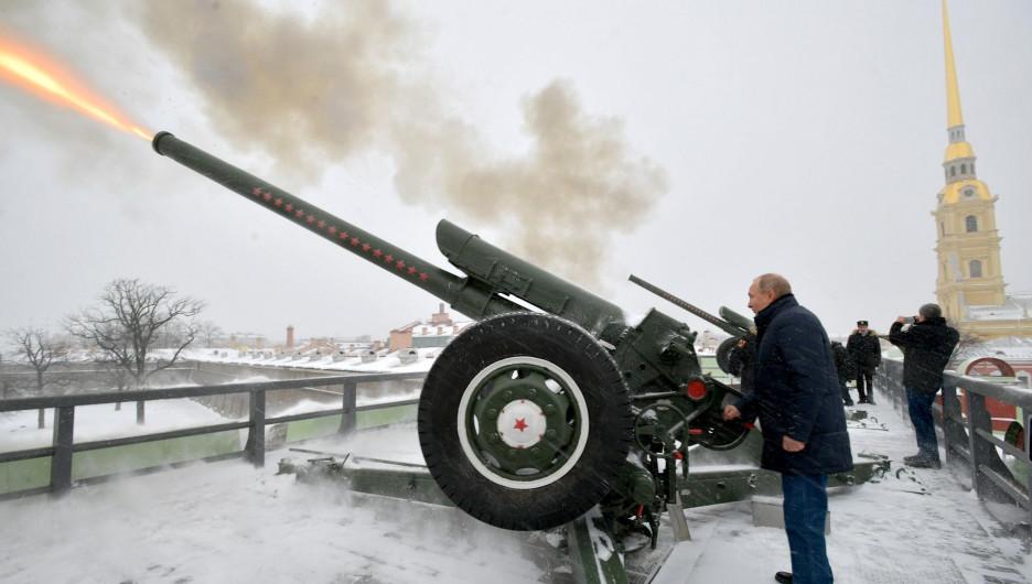 В Петропавловской крепости Владимир Путин произвёл традиционный полуденный выстрел из пушки.