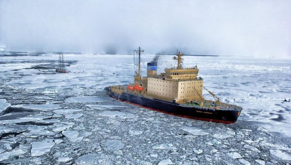 Арктика. Судно во льдах.