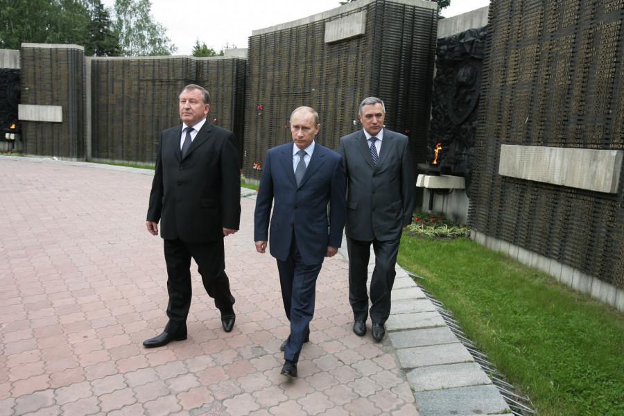 Владимир Путин, Анатолий Квашнин и Александр Карлин на барнаульском Мемориале Славы в 2009 году.