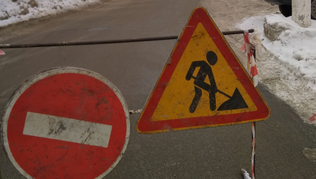 В Барнауле устраняют коммунальную аварию.