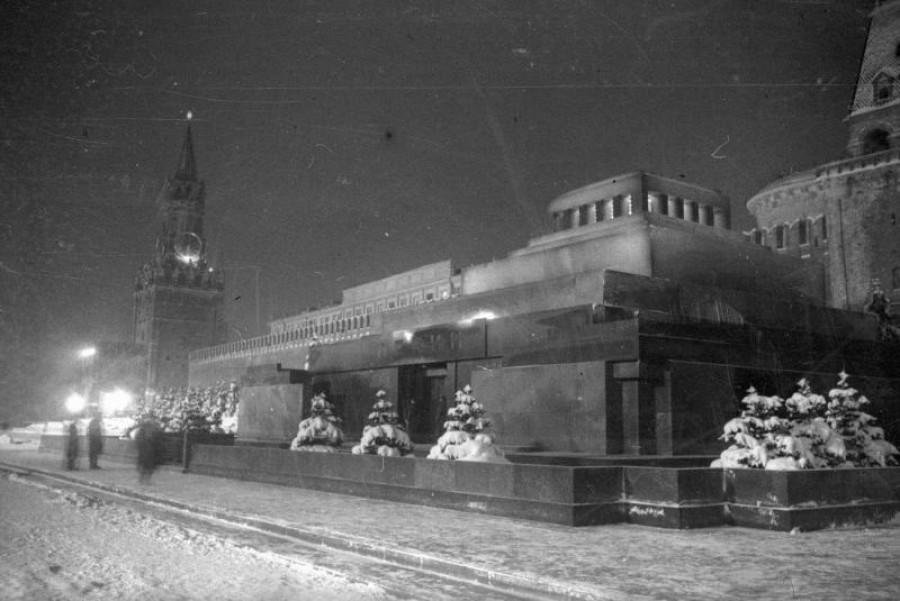 Мавзолей и Спасская башня зимней ночью, 1938 год