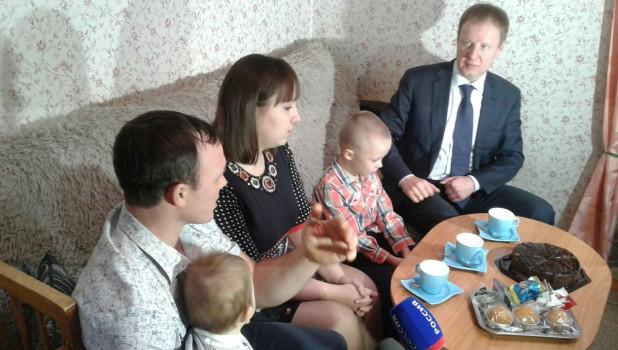 Виктор Томенко посетил семью в Троицком районе.