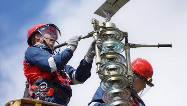 Энергетики делают ремонт на ЛЭП.