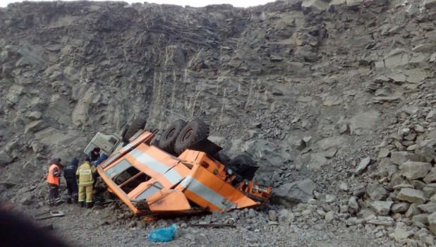 В Кемеровской области с обрыва упал КамАЗ, перевозивший рабочих. 6 человек погибли. 8 февраля 2019 года.
