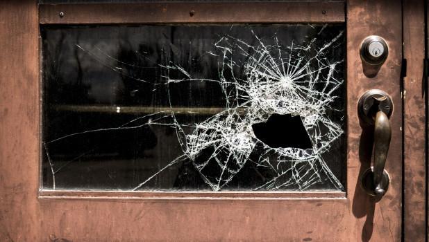 Дверь. Разбитое стекло