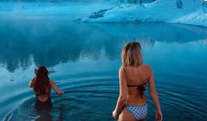 Девушки купаются зимой в Голубых озерах.