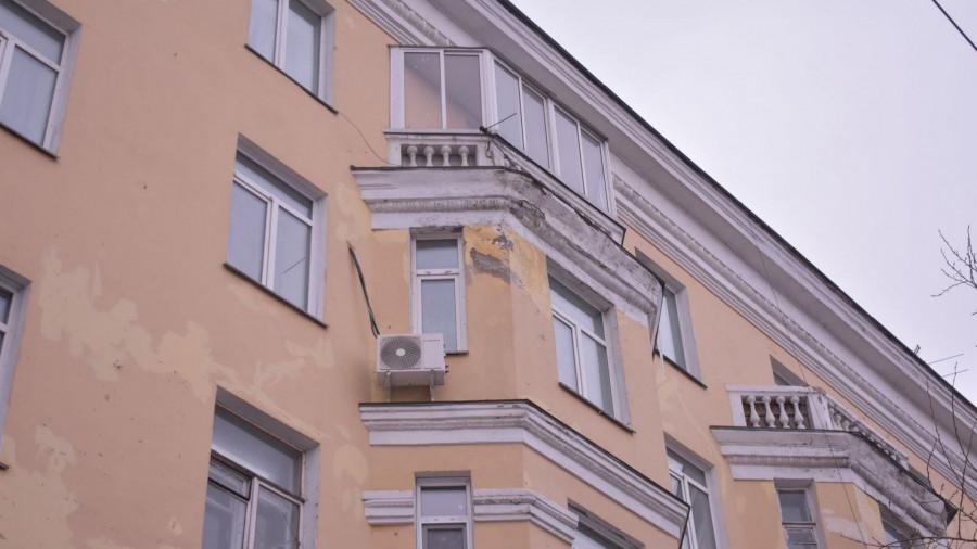 С барнаульских фасадов снова осыпается штукатурка. Февраль 2019 года.