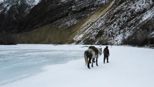 Сотрудники Сайлюгемского национального парка во время экспедиции по учетам снежного барса. Горный Алтай, февраль 2019 года.