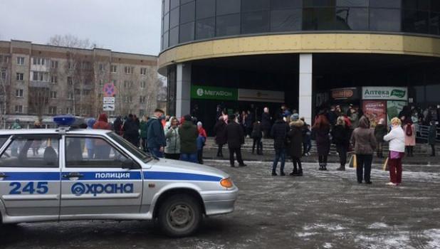 """Эвакуация людей из ТРЦ """"Воскресенье""""."""