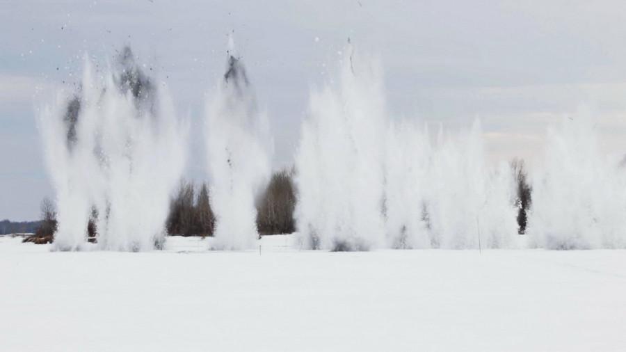 Противопаводковый взрыв льда. Военные.