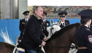 Владимир Путин на коне.