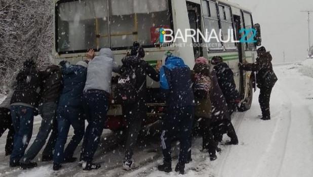 Барнаульцы толкают автобус.