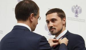 Владимир Мединский награждает Диму Билана.