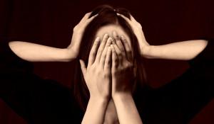 Женщина. Стресс. Не слышу. Не вижу