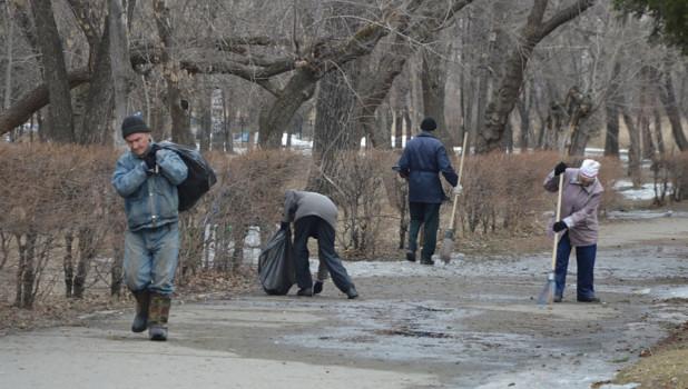 """Уборка в парке """"Изумрудный""""."""