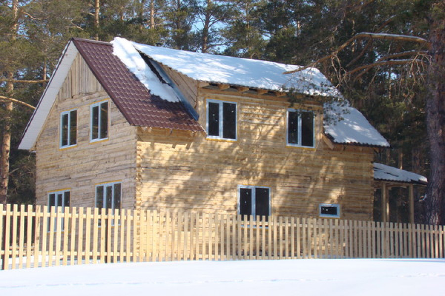 Строения на берегу озера Горькое-Перешеечное. Фото 2012 года.