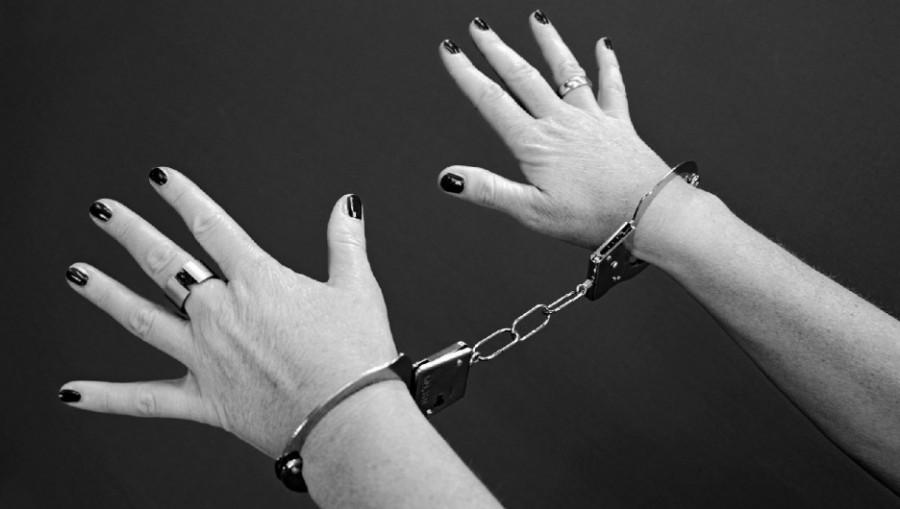 Женщина в наручниках.