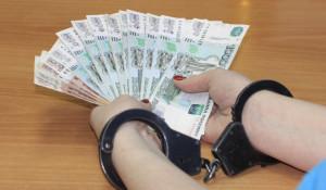 Женщина в наручниках, деньги.