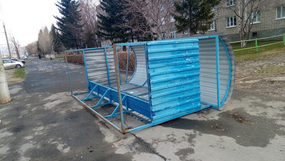 В Барнауле сильный ветер сносит автобусные остановки