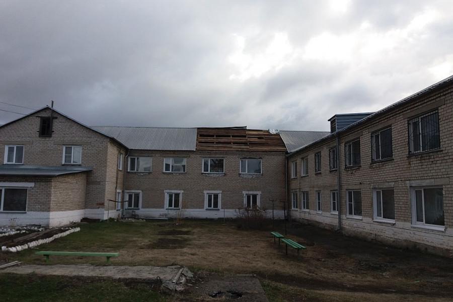 Ветром снесло крышу в психиатрической больнице.