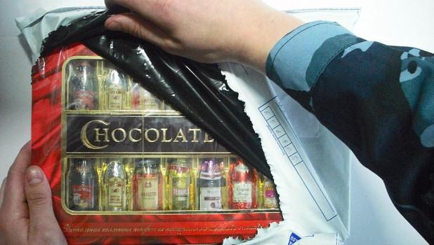 Конфеты с алкоголем изъяли сотрудники безопасности.