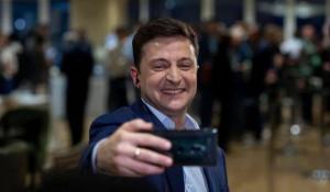 Владимир Зеленский и команда празднуют победу.