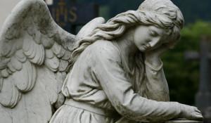 Кладбище. Памятник. Ангел