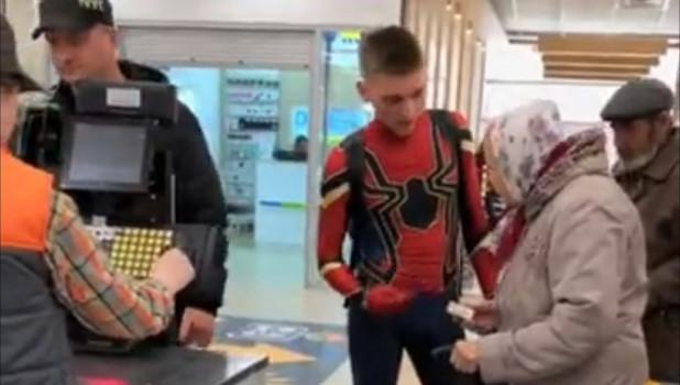 Человек-паук оплатил покупки пенсионерам Барнаула.